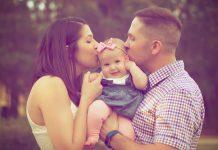 dad-mom-kid-kissing