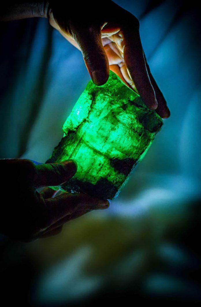 Inkalamu zambia lion emarald mine green stone